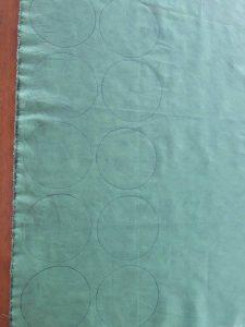 Risque 20 círculos no tecido e recorte-os