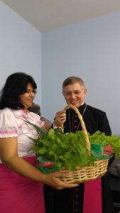 Rosane entrega verduras cultivadas pelos alunos ao bispo Dom Eduardo Pinheiro da Silva