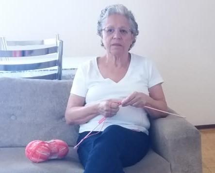 Benfeitora da SSVP faz gorros para pacientes com câncer.