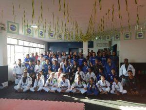 Membros da diretoria do CNB com alunos de projeto social