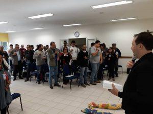 Confrade Cristian durante apresentação na Plenária